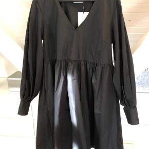 Smuk kjole både alene og over bukser. Helt ny med mærker. Må erkende at jeg aldrig kommer i den 😣. Style : Stella dress.