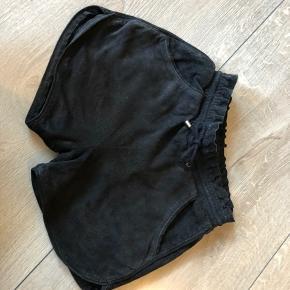 Bytte ikke og prisen er fast  Talje:27 cm*2 kan blive større hvis elastikken udvides  Længde: 30cm Shorts