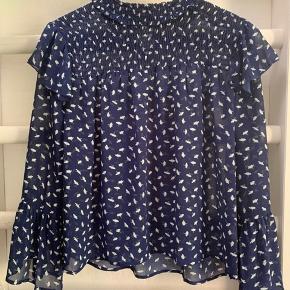 Smuk mørkeblå bluse/skjorte med hvide blomster i str M. Mærket hedder Dolssaci. Fint tyndt stof. Kun brugt et par gange. 🍀🌸🍀  #Secondchancesummer