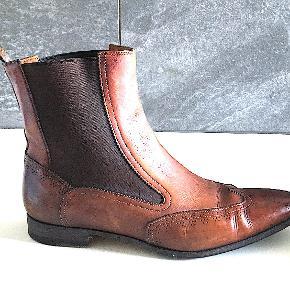 Santoni broque ankelstøvle med elastisk indsats for let slip-on. Brugt men i god stand.