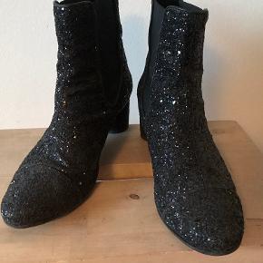 Kronisk fodskade betyder, at disse fede støvler skal have ny ejer.  De er str 41 men fitter en 40.