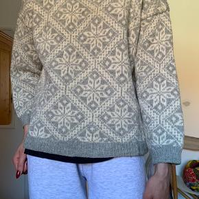 Hjemmestrikket islandsk sweater. Den er blevet arvet og derfor er der nogle mærker, der er svære at få væk: maling på rykken nederst og på indersiden af kanten for neden. - kan ses på billederne:)
