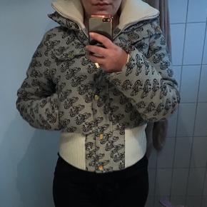 Fed jakke fra Karl kani. Pæn og velholdt og ingen huller el lignende.