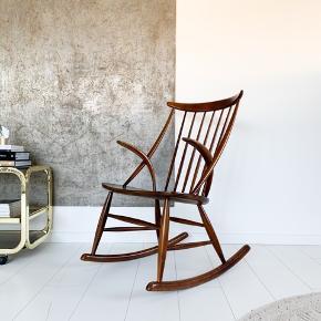 Klassikeren Illum Wikkelsø, tegnet i 50'erne. Produceret hos Eilersen. Mørk bøg. Smuk gyngestol med tidløs formsprog & design ❤️