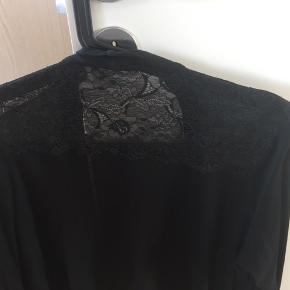 Virkelig smuk sort cardigan med blonder bagpå. Kan enten bindes eller bare hænge løst. Rigtig fin stand.