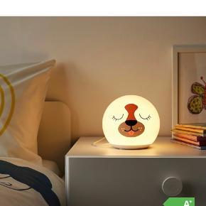Sød børne-/bordlampe med hundemotiv — vågen på ene side, sovende på anden side. LED.  Aldrig brugt  Nypris kr 129,-