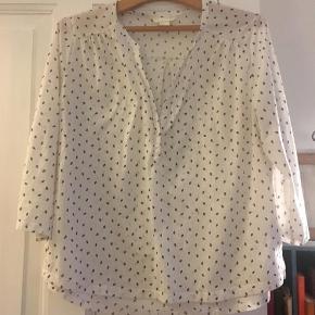 Varetype: skjorte Farve: Hvid Prisen angivet er inklusiv forsendelse.  Dejlig let skjorte - H&Ms øko-mærke. Lidt stor i størrelsen