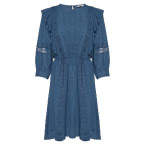Tilbud: 90 kr. i weekenden Aldrig brugt. 100 % viskose Virkelig fin kjole til efterår/vinter - kan blandt andet styles med et par fine støvler 🤩