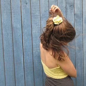 Hæklet hårrose laves på bestilling i din fortrukne farve.  Materialet er økologisk bomuld og så er der hårelastik indeni. Du kan vælge alle farver der ses på billederne, skriv hvis du ønsker en anden farve!