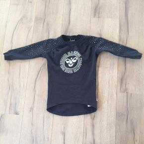 Hummel sweat kjole/tunika str. 98. Med sølvglimmer tryk og sølvprikker på ærmer. I rigtig pæn stand. Mp. 65kr