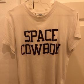 Sælger min Ganni t-shirt, da den desværre er blevet for lille til mig. Den er hvid med bordeaux rød velour skrift, og er en str M, men svarer til S. Sælges billigt, BYD! Np: 400kr