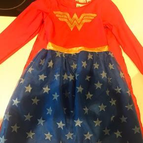 Super woman kostume, god kvalitet fra H og M i str 122/128. Brugt meget lidt. En vask så er det som nyt