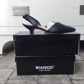 Super flotte sko i sort med skrå front og lille hæl. Skoen er lille i str.den svarer til en str.  36. Skoen er fra Bianco og kun prøvet.
