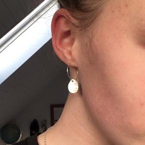 Har selv lavet de her øreringe, rigtig fine til hverdagen eller til en fest. Har 4 på lager.  Ringe er af sølv.