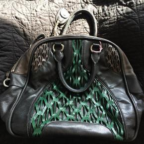 Beskrivelse Varetype: taske lækker stort læder taske. Størrelse: Large Farve: Sort Oprindelig købspris: 10000 kr.  NUL BYTTE.  skambud ignoreres. kan hentes i KBH K. sender også med dao til 35 kr. kun seriøse bud tak.byd ikke hvis du ikke mener det. jeg tager mobilepay. glæder mig til at høre fra jer:)   super lækker og speciel læder taske. den bæres i hånden, ikke over skulderen. rummer alt til hverdag. stor og solid kvalitet. almindelig patina men meget flot og super velholdt. kan ses i kbh k.sort indeni foret.