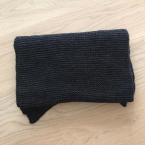 Helt nyt pieces halstørklæde i mørke grå strik. Fejlkøb. Køber betaler fragt