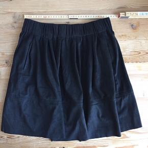 Nederdel fra Moves Minimum, aldrig brugt og fejler derfor intet. Købt til 400,- Sælges for 150,- eller kom med et realistisk bud:))