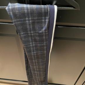 Sælger disse fine tætsiddende bukser fra ZARA i tern.   Byd gerne