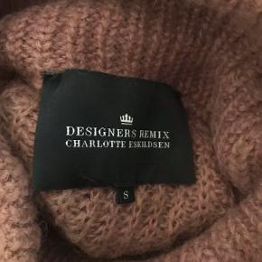 Flot strik fra Designers Remix med store ærmer og høj krave i morhair blanding  Kvalitet: 50% mohair, 30% nylon, 20% acryl Nypris: 1600