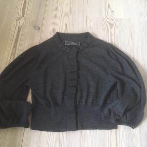 Mærke: By Malene Birger  Størrelse: 36 Farve: Grå Materiale: 100% Wool Trøjen: Bemærk de meget brede ærmer som giver trøjen karakter. Meget blød trøje Stand: Er brugt få gange  Pris 250 kr
