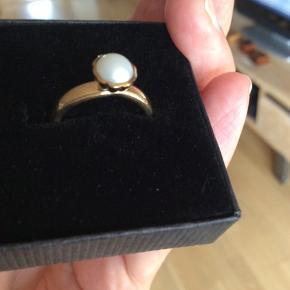 Den brede spinning model i 8 karat guld med perle. Str. Xxs som passer til str. 50. Brugsspor på undersiden. Nyprisen var 999 kr. Jeg har fået rigtig mange underbud men bud frabedes.