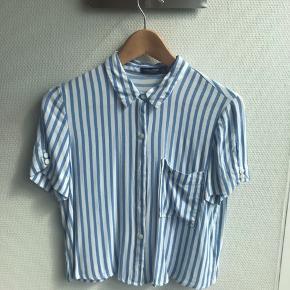Sælger denne skjortebluse fra Bershka. Blusen er næsten ikke brugt og fremstår derfor næsten som ny :)