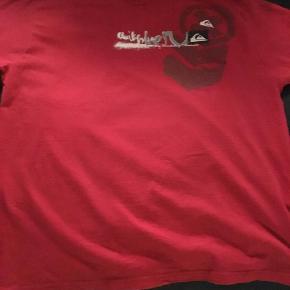 Varetype: T-shirt Farve: Rød  Flot t-shirt med print for og bag, brugt få gange
