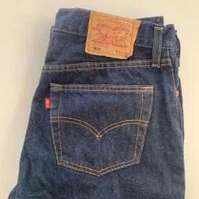 Levi's jeans 501 34/36. Klassisk mørkeblå. Stort set aldrig brugt, har bare ligget i mit skab. Står som nye.