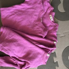 2 kortærmede bodyer og 2 langærmede bluser str 74 godt brugte og lidt afblegning på de langærmede ved kraven- evt til vuggestue brug 6710 sjelborg