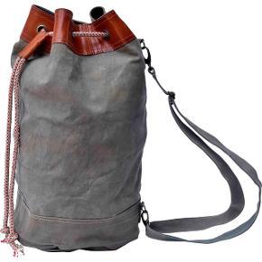 Simpel og robuste canvas duffel taske i 2 størrelse,, der både ser cool ud når de blot hænger i garderoben, er også yderst velegnet og praktisk som en weekend taske eller til vasketøj. Tasken har en stærk justerbar skulder strop, snøre lukning og kan bæres både på skulder eller som en cross body.  Taskerne er lavet af gamle militærtelte og vil derfor variere i farven.       H 80cm. Ø 34cm. 510kr.  H 54cm. Ø 34cm. 475kr.
