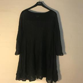 """Tunika/kort kjole med råt, """"krøllet"""" look. Materiale 46%poliamid, 31%mohair, 23%metal."""