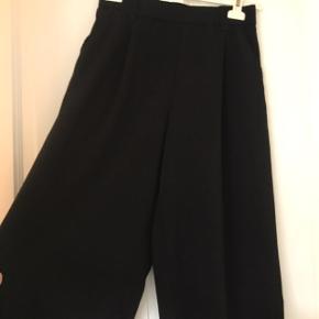 Flotte vige bukser fra Zara. Sorte, 3/4 lange. Passer S og M. Kan sendes eller hentes i Gladsaxe. 😊