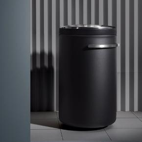 """Vipp441 er den flotteste, luksus vasketøjskurv fra mærket Vipp.  Super eksklusivt, lækkert design.✨✨  Den er fremstillet af sort pulverlakeret stål og gummi og har bløde afrundede former, der designmæssigt kobler den til den øvrige Vipp kollektion.  Låget af børstet 0,8 mm rustfrit stål er perforeret med lufthuller, der sikrer cirkulation til vasketøjet.  Inderposen har 2 rum, så vasketøjet kan sorteres. Den kan nemt tages op af kurven og tåler maskinvask. Vasketøjskurven er endvidere monteret med gummihjul.  Den kan rumme 75 liter og er designet af Morten Bo.  Størrelsen er: H:75, L:46, B: 47,5 cm.   Farven er sort med låg og greb af stål. Har aldrig været brugt til snavsetøjskurv. Dog, er vi desværre blevet klar over at der er nogle diverse """"mærker""""/lidt hvidt på den efter flytning, derfor er standen sat som """"god men brugt"""" pga dette men den har altså aldrig været brugt. Det kan være """"mærkerne""""/det hvide evt. kan forbedres eller ordnes, hvis man har forstand på det.  Dog lægger man ikke særlig meget til det i normalt dagslys/belysning, har taget nogle billeder med blitz hvilket jo gør at man ser det ret tydeligt men i normal belysning er det altså ikke lige så tydeligt. Jeg kan sende billederne hvis der er ønske for det.   Købt i Magasin for 3.599 kr. hvilket stadig er den aktuelle nypris og er en del af Magasin's sortiment som stort set aldrig er på tilbud. 3.599 kr er den aktuelle nypris på andre hjemmesider også, altså ikke kun i Magasin hvor denne er købt. Sælges for min mor.   Mvh Betina Thy"""