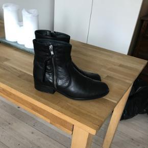 Sorte støvler, kun brugt 2 gange. Str 38. Købt for 800kr. BYD ENDELIG
