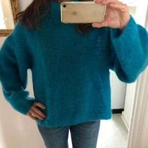 Vintage oversize sweater fra 1985  Den er ikke brugt meget så fremstår som næsten ny.   Passer bedst m/l  Længde: ca 65 cm Brystvidde: ca 2x61 cm  Bytter ikke  Se også mine andre annoncer