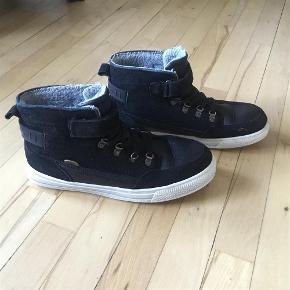 """Varetype: Støvler, vinterstøvler Farve: Sort Oprindelig købspris: 700 kr.  I pæn stand. Brugt kun 1 sæson som """"søndagsstøvler"""". Goretex. Str. 41, men synes de hellere svarer til 40. Indre mål 27 cm."""