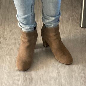 Ruskindstøvle med super pasform. Hælhøjde 8 cm. Farven hedder mud. Der er et lille hak indvendigt på hælen. Der medfølger ekstra såler til hælene. Original kasse haves.