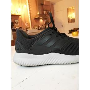 Super fede sorte adidas løbesko i str. 44. Købt i Magasin for 4 måneder siden.  Sælger for min kæreste, som desværre havde købt dem i en størrelse for stor - derfor har de kun været brugt cirka 4 gange.  Kom med et bud! 😊