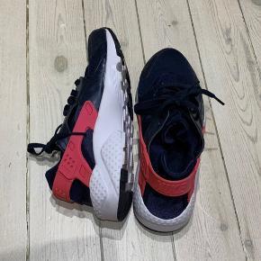 Mørkeblå dame Nike Air Huarache Run i str. 38,5 med hvide såler og lyserød rem.   Skoene er brugt 1 gang og fremstår derfor som helt nye.   Jeg sender med DAO gennem trendsales på købers regning.   Har du spørgsmål eller ønsker flere billeder, så tøv ikke med at skrive mig en besked.
