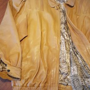 """80s chic oversized """"læder"""" jakke. Fede detaljer på skulderne og i god stand. Str. M - men passer som str. L/XL"""