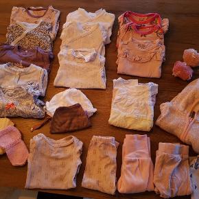 7 langærmede bodyer  1 t-shirt body  1 bluse 1 cardigan  1 trøje med hat med øre 1 buksedragt  1 kjole 1 sommerhat 1 hue 1 hårbånd  3 par bukser 2 par sokker