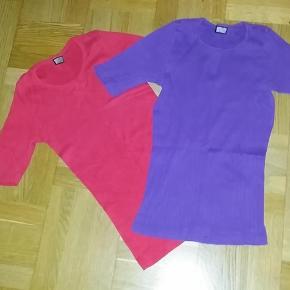 Varetype: tshirt Størrelse: ONE SIZE Farve: Rød og Lilla Oprindelig købspris: 450 kr. Prisen angivet er inklusiv forsendelse.  I alt 200 kr. for 2 kortærmede Nørgaard på Strøget t-shirts i rigtig god stand.