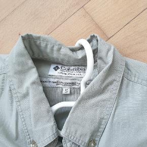 En virkelig fin skjorte. Vasket én gang. Størrelsen er en s, men svarer til Large. Jeg bytter ikke..