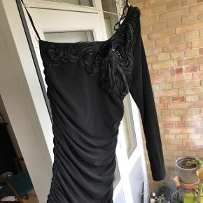 Fin off shoulder kjole med flotte detaljer foroven. Den er i strækstof og rynket i siderne. Jeg har ikke tid til at sende billeder af den på, derfor sælges den billigt:) Brugt én gang