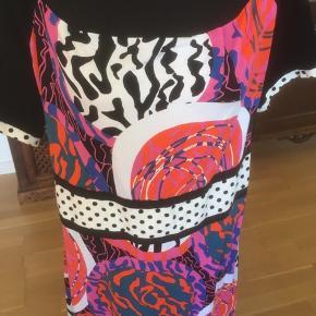 Skøn Margot kjole. Materialet er viscose og elastane