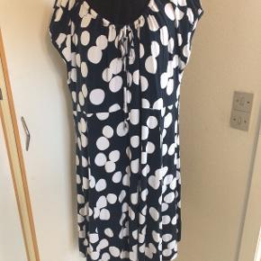 Skøn kjole i viscose. bm 70 x 2 og læ 105 cm.