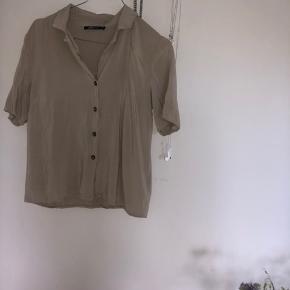 Kortærmet skjorte sælges - brugt meget få gange, fremstår som ny - str 34/xs Byd!