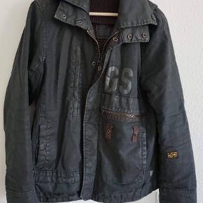 Passer en STR L. Meget fin kvalitet. Har fået en ny jakke så bruger ikke længere denne her.