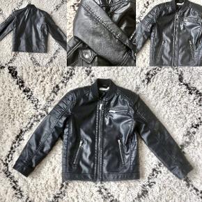 H&M biker læderjakke (uægte læder). Virkelig fed. Standen er som på en ny. Nypris 249,-