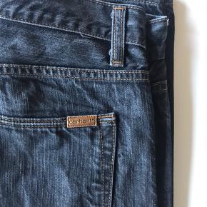 Carhartt jeans  W32L34 Nypris var 1000kr 100% bomuld, de er næsten ikke til at slide op.  Der er en lille bitte smule slid ved hælen, ikke noget voldsomt, men det er der og derfor nævnes det, se billede 9, ellers er det intet, hverken huller, pletter eller misfarvninger.   Jeg har flere annoncer og giver mængderabat.  Når du køber ved mig er det altid en ærlig handel, hvilket du kan læse i de anmeldelser jeg har fået.